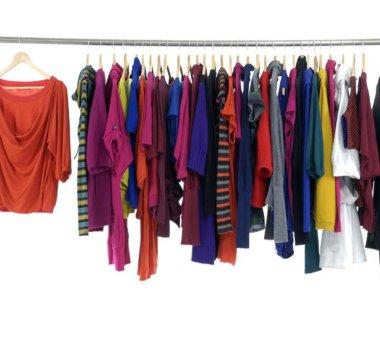 perchero con ropa de colores